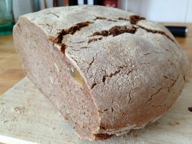 čerstvě upečený žitný chléb